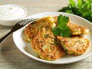 Пържени вегетариански кюфтета от тиквички и халуми сирене и сос от цедено кисело мляко